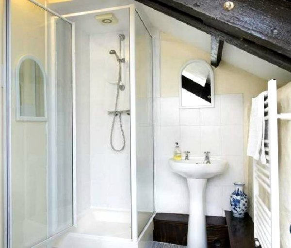Light-Reflecting Surfaces in Tiny Bathrooms
